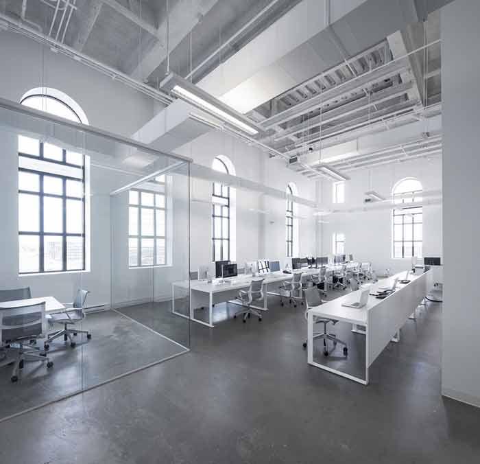 本案通讯公司办公室装修设计,特点是空间结构高大,为此空间改动不大,元结构保留,结构暴露,保证采光良好的情况下,合理利用空间高度,使其宽敞明亮,风格上沿用原有的工厂现代简约风格,材料尽量利用水泥地板,涂料等等,色彩以白色为主,大方素雅。 LOGO墙  开敞办公区  开敞办公区2  水吧休闲区  接待会客区  办公区3